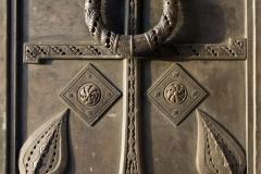 21_Якорь в орнаменте двери собора.