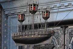 22_Светильник в форме ладьи при входе в храм.