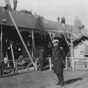 01) Бубнов ИГ на фоне Акулы на стапеле Балтийского завода_1909 г