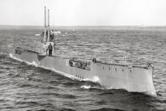 """12) На испытаниях """"Акулы"""" в совместном плавании на заднем плане лодка типа Кайман, возм. 1912 г."""
